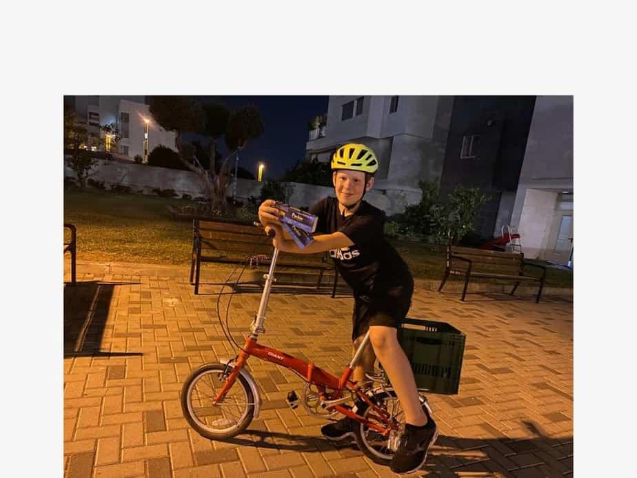 נעם שנטל על האופניים ועם בדיקות האנטיגן. צילום: באדיבות משפחת שנטל