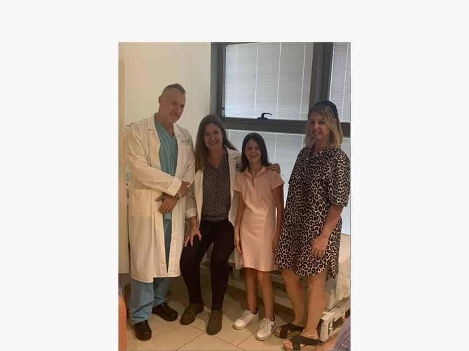 """מימין לשמאל: רוית רסלר ובתה גילי, ד""""ר אפרת ברון הר לב וד""""ר אביתר נשר. צילום: דוברות בילינסון"""